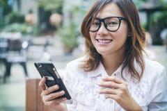 亚裔微笑的妇女 免版税库存照片