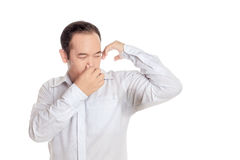 亚裔憎恶他的湿胳膊的难闻的气味的人佩带的衬衣 免版税库存照片