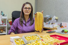 亚裔成熟妇女微笑的工作 免版税图库摄影