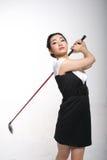 亚裔打高尔夫球的妇女 免版税图库摄影