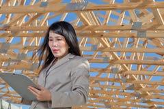 亚裔承包商妇女 免版税库存照片