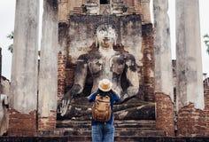 亚裔旅游妇女拍古老菩萨照片寺庙tha的 库存图片