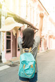 年轻亚裔旅行的博客作者或背包徒步旅行者在城市普吉岛,泰国 库存图片