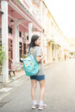 年轻亚裔旅行的博客作者或背包徒步旅行者在城市普吉岛,泰国 免版税图库摄影