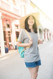 年轻亚裔旅行的博客作者或背包徒步旅行者在城市普吉岛,泰国 图库摄影