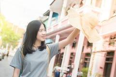 年轻亚裔旅行的博客作者或背包徒步旅行者在城市普吉岛,泰国 免版税库存照片