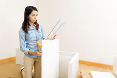 亚裔有指示的妇女聚集的家具 免版税库存照片