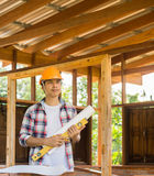 亚裔木匠业工程师计划一个工作修建大厦 图库摄影