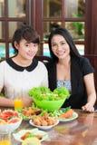 亚裔母亲和女儿在桌上 免版税库存图片