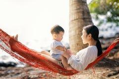 亚裔母亲和她演奏我的儿子 库存图片