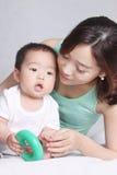亚裔母亲和她的儿子 免版税图库摄影
