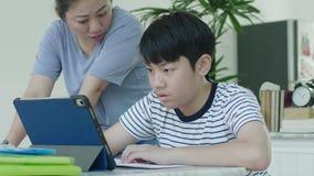 亚裔母亲控制她的儿子做家庭作业 股票录像