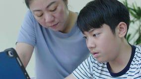 亚裔母亲控制她的儿子做家庭作业 影视素材