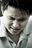 亚裔沮丧的人哀伤的年轻人 免版税库存图片