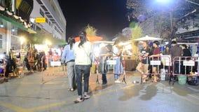 亚裔泰国人和外国人旅客走参观和购物的地方产品在街道夜市场上 股票视频