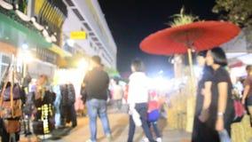 亚裔泰国人和外国人旅客走参观和购物的地方产品在街道夜市场上 股票录像