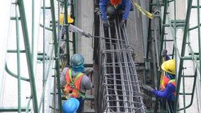 亚裔泰国在建造场所的工作者和大量手段运作的建造者新的大厦 影视素材