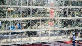 亚裔泰国在建造场所的工作者和大量手段运作的建造者新的大厦 股票录像