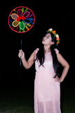 亚裔泰国女孩吹别针轮子 免版税库存图片