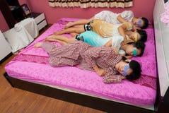 西安泰国女孩和男孩在一个睡觉支持与ey 免版税库存照片