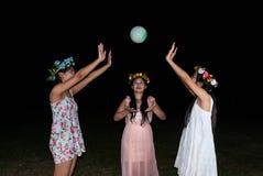 亚裔泰国女孩在公园一起打球 免版税库存照片