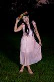 亚裔泰国女孩在公园拿着花冠 免版税库存图片