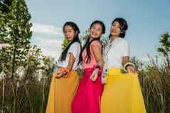 亚裔泰国女孩采摘他们的裙子 库存图片