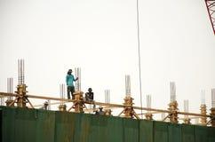 亚裔泰国工作者与大量手段汽车一起使用抬头 免版税库存图片