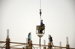 亚裔泰国工作者与大量手段汽车一起使用抬头 库存照片