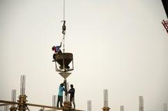 亚裔泰国工作者与大量手段汽车一起使用抬头 库存图片