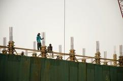 亚裔泰国工作者与大量手段汽车一起使用抬头 免版税图库摄影