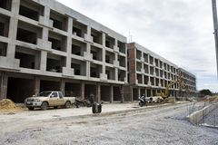 亚裔泰国工作者和地方机械运作的建造者新的大厦 图库摄影