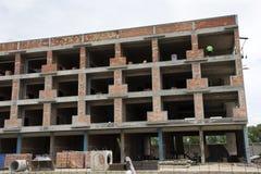 亚裔泰国工作者和地方机械运作的建造者新的大厦 免版税库存图片