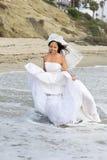 亚裔海滩新娘 免版税库存图片