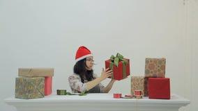 亚裔深色的妇女在演播室坐套新年礼物箱子 股票录像