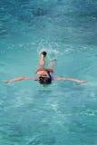 亚裔清楚的水晶女孩潜航的水 免版税库存照片