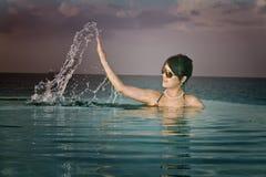 亚裔清楚的水晶女孩潜航的水 免版税库存图片