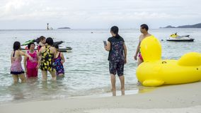 亚裔游人,黄色鸭子 库存照片