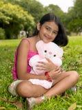 亚裔熊庭院女孩她的桃红色女用连杉&# 库存照片