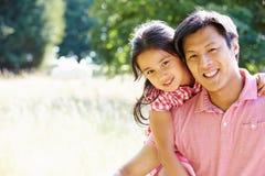 亚裔父亲和女儿画象在Countrysi 库存照片