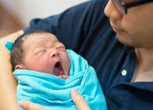 亚裔父亲和新出生的婴孩 库存照片