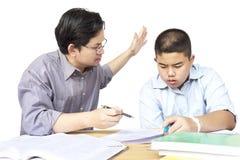 亚裔父亲教的儿子 免版税图库摄影