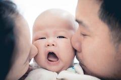 亚裔父亲母亲和小儿子在家使用 免版税库存照片