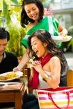 亚裔男人和妇女在餐馆 图库摄影
