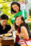 亚裔男人和妇女在餐馆 库存图片