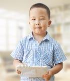 亚裔男孩与片剂的6年 库存图片