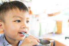 亚裔男孩喝着冷水 图库摄影