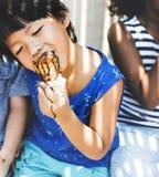 亚裔男孩奶油色吃冰 免版税库存照片