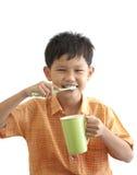 亚裔男孩掠过的牙 免版税库存图片