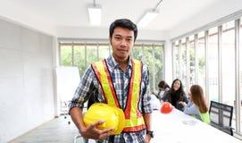 亚裔男性承包商工程师画象在会议室 在t 库存照片